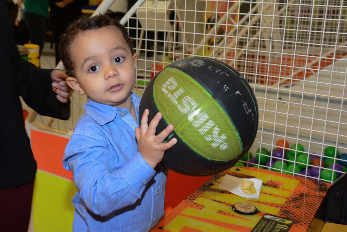 atheus jogando basquete no Buffet Fábrica da Alegria, Morumbi