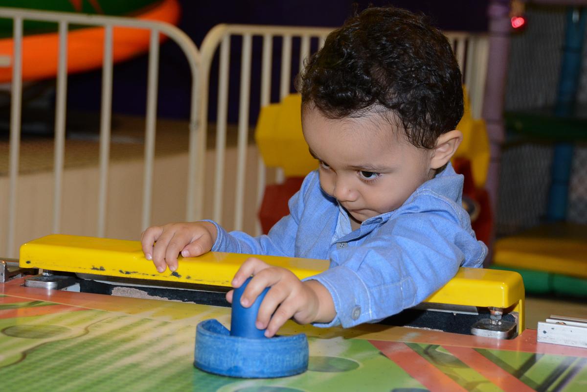Matheus feliz brincando no Buffet Fábrica da Alegria, Morumbi