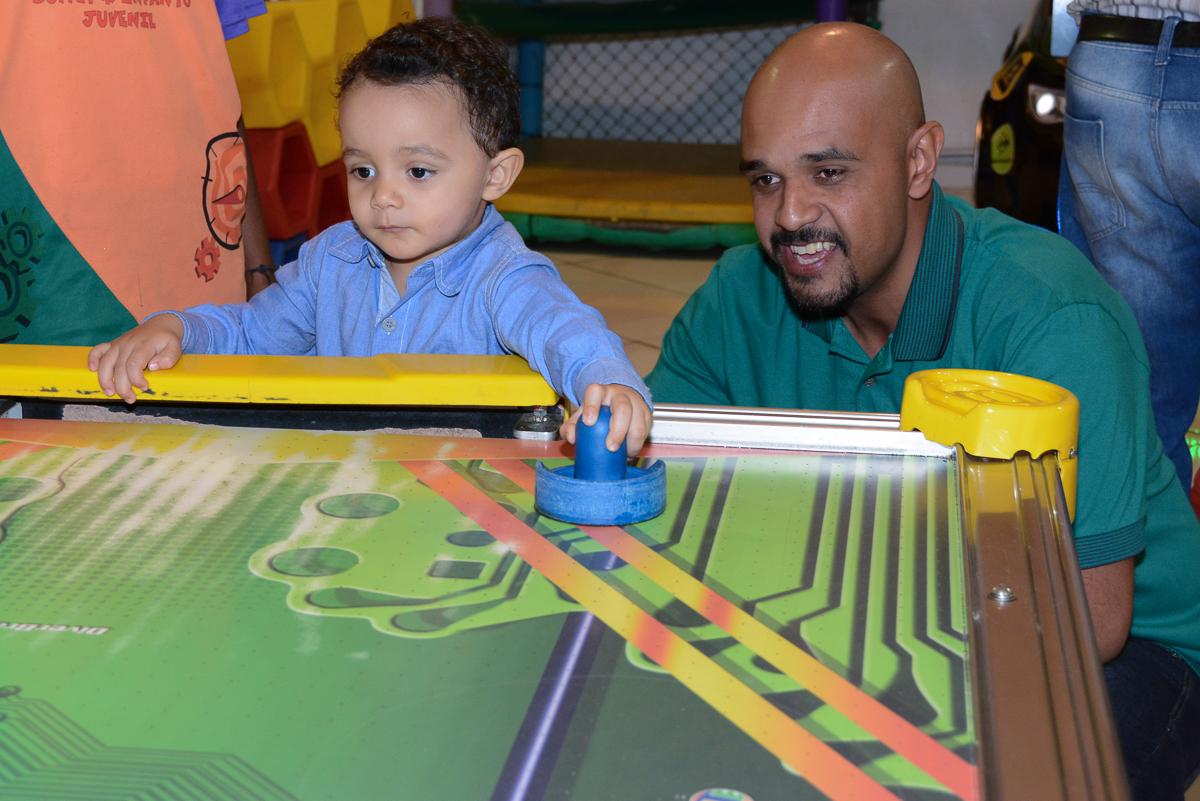 Matheus e papai jogando no Buffet Fábrica da Alegria, Morumbi
