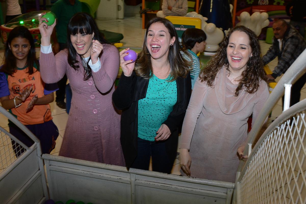 convidadas jogando bolinhas no Buffet Fábrica da Alegria, Morumbi