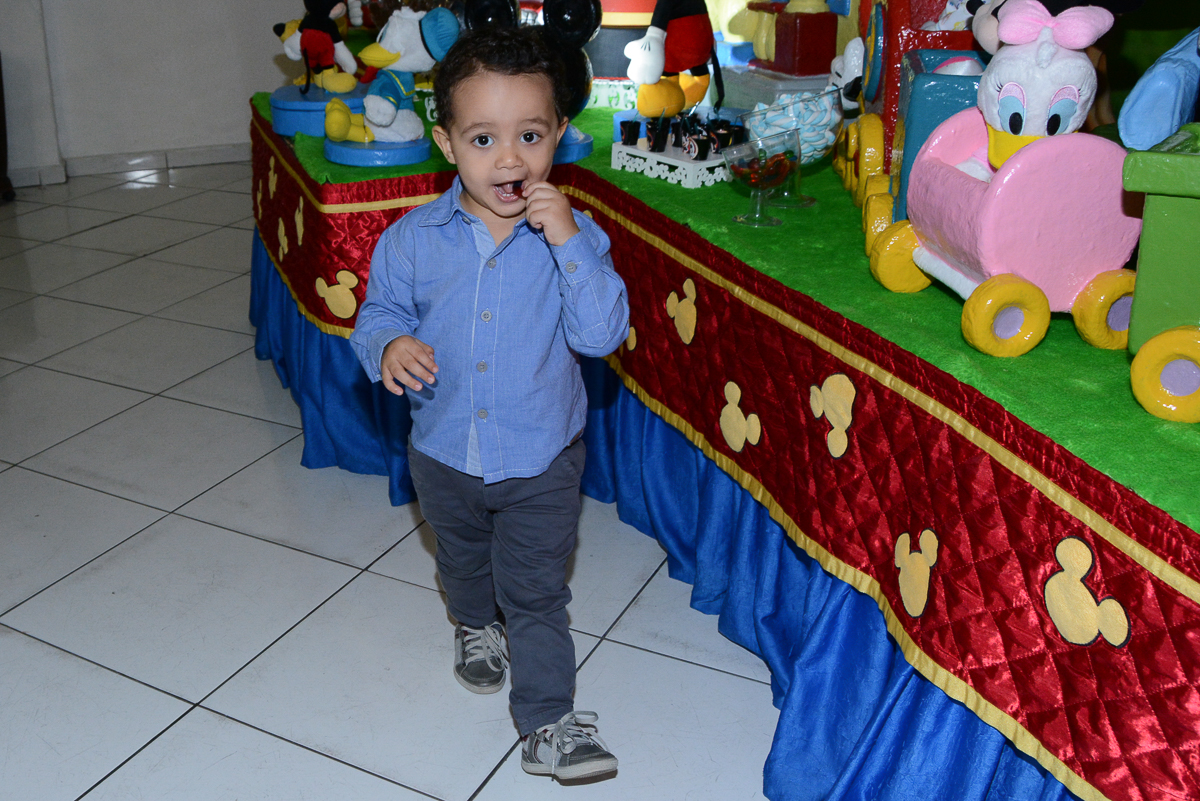 Matheus comendo doce da festa no Buffet Fábrica da Alegria, Morumbi