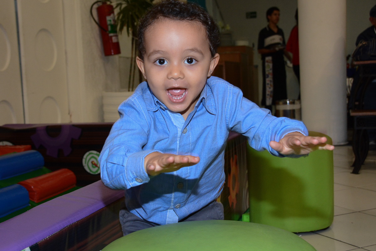 Matheus batucando no Buffet Fábrica da Alegria, Morumbi