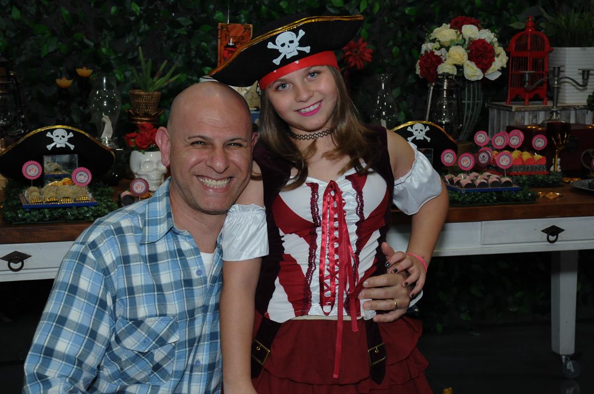 sorrisos do papai e da giulia em frente a mesa decorada piratas do caribe no Buffet Espaço Vila da Arte