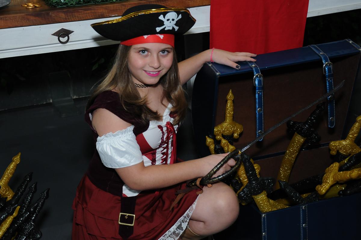 giulia com o bau do tesouro dos piratas no Buffet Espaço Vila da Arte