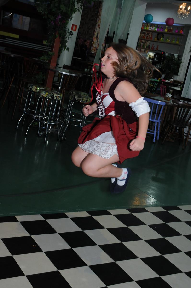 giulia pulando no Buffet Espaço Vila da Arte