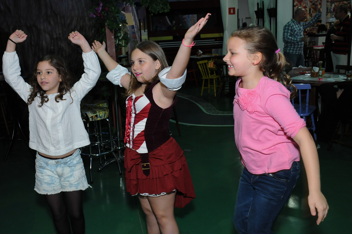 giulia brincando com amigos em sua festa no Buffet Espaço Vila da Arte