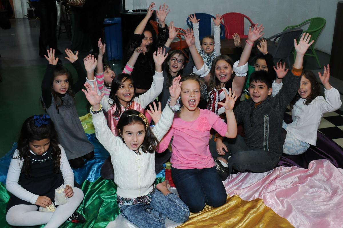 muita alegria das crianças na festa da giulia no Buffet Espaço Vila da Arte