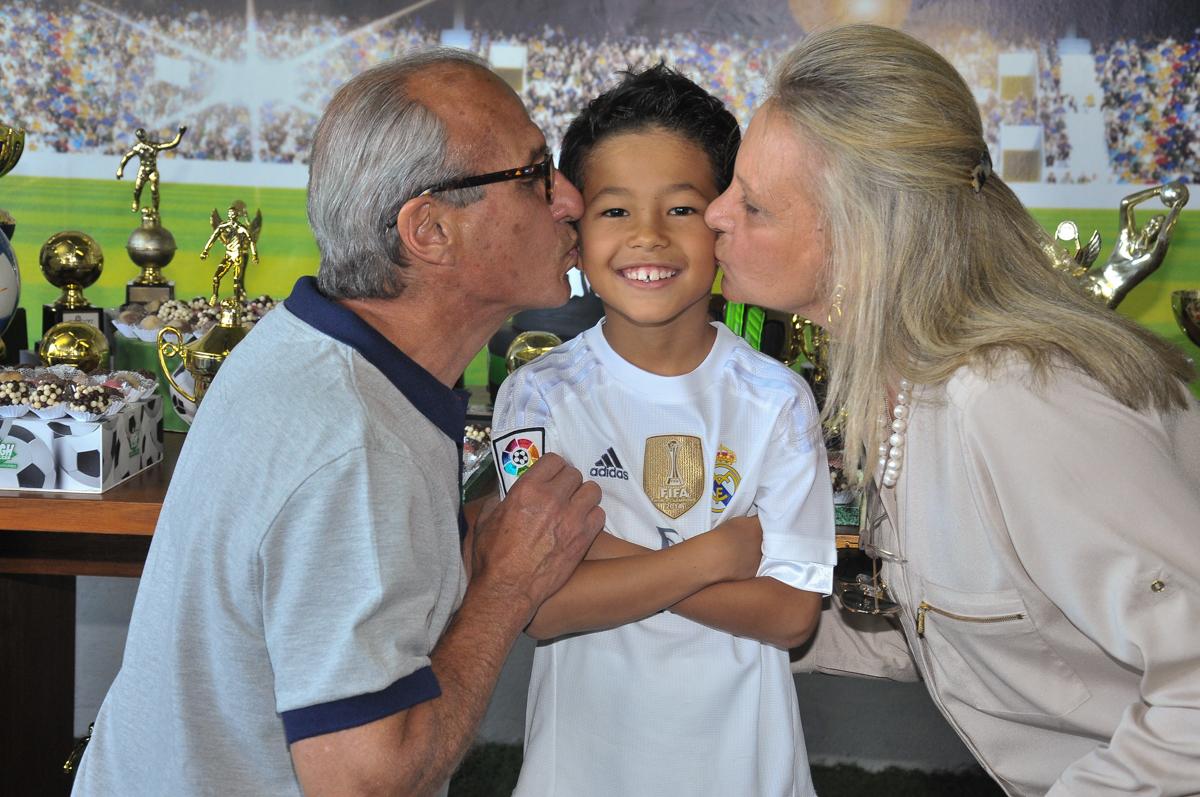 rafael ganhando beijinhos no Buffet High Soccer