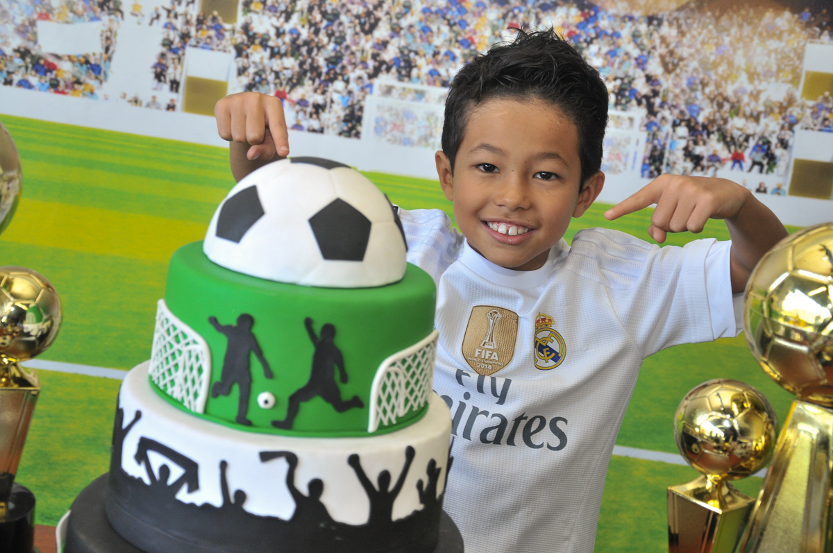 rafael na mesa decorada de futebol no Buffet High Soccer