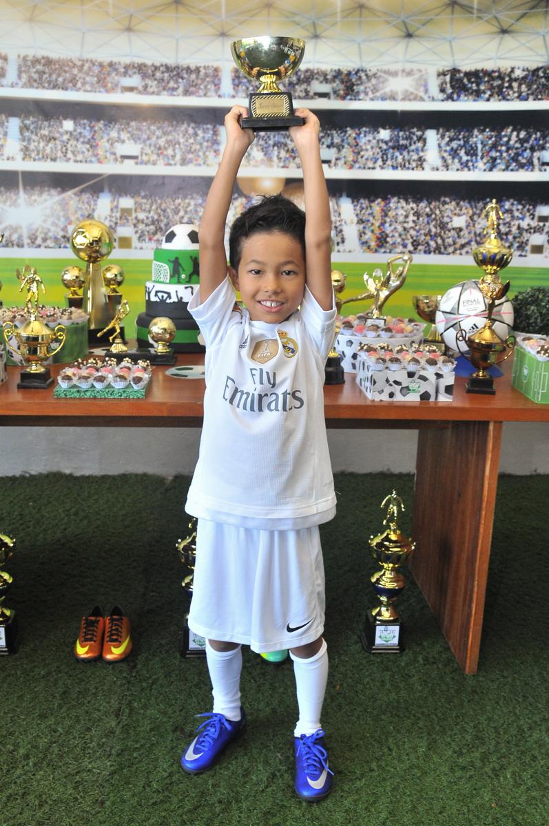 rafael erguendo o trofeu no Buffet High Soccer