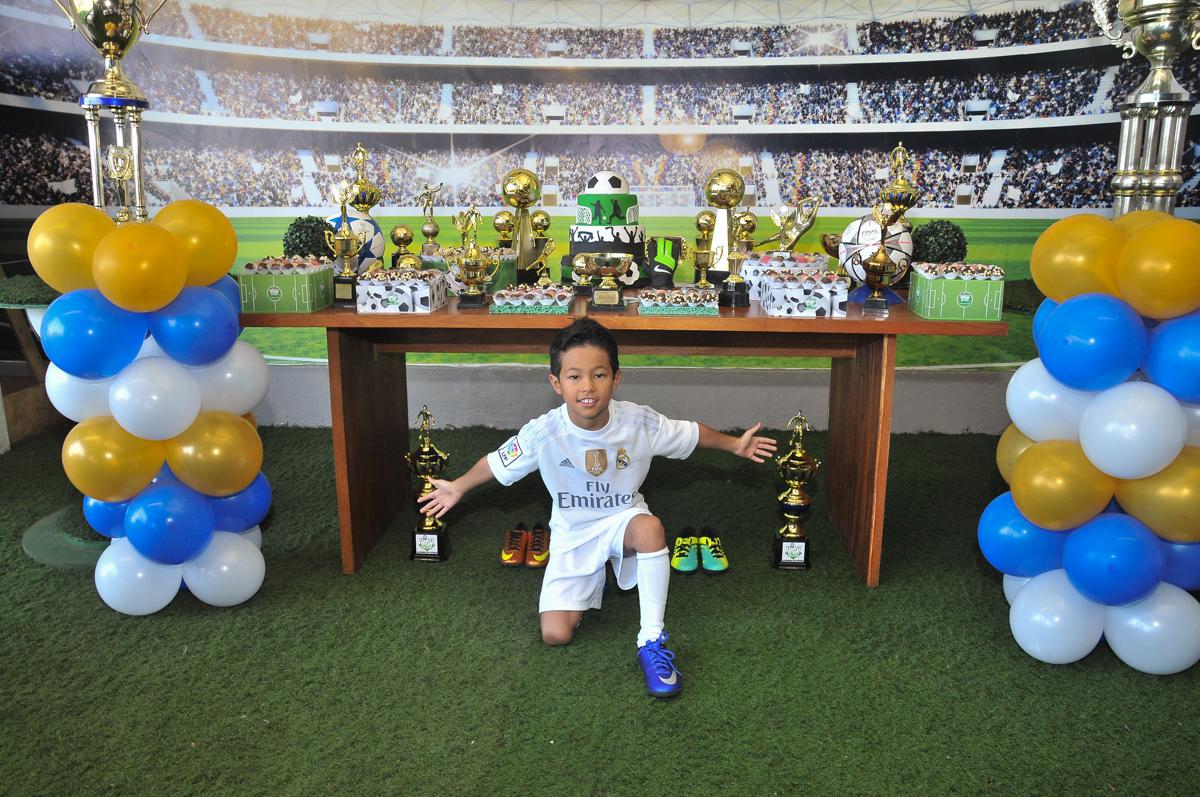 pode do rafa em frente a mesa decorada de futebol no Buffet High Soccer