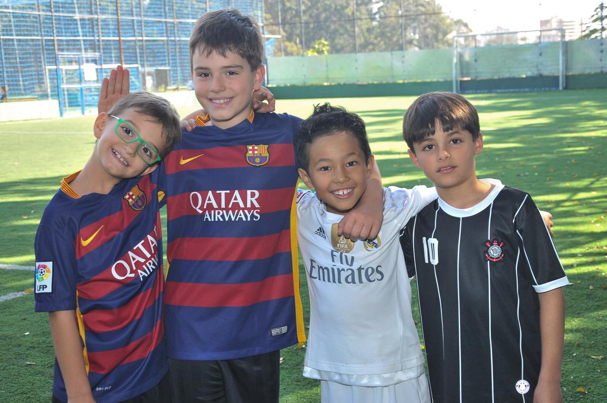 rafael e amigos no campo de futebol no Buffet High Soccer