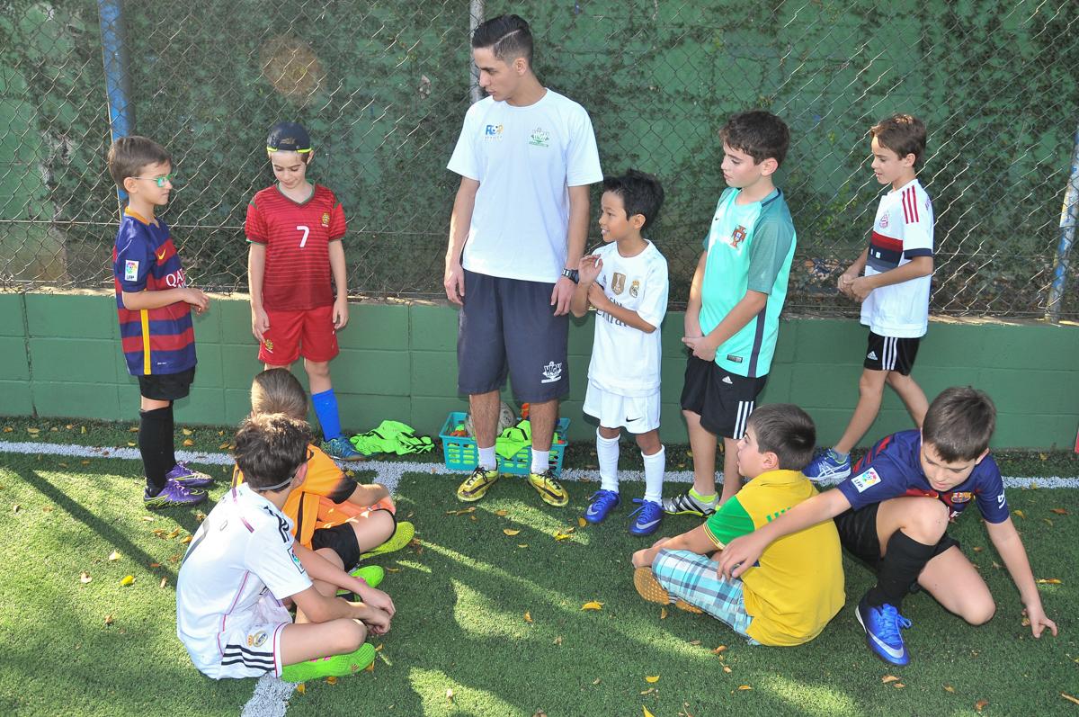 os jogadores recbendo instrução do professor no Buffet High Soccer