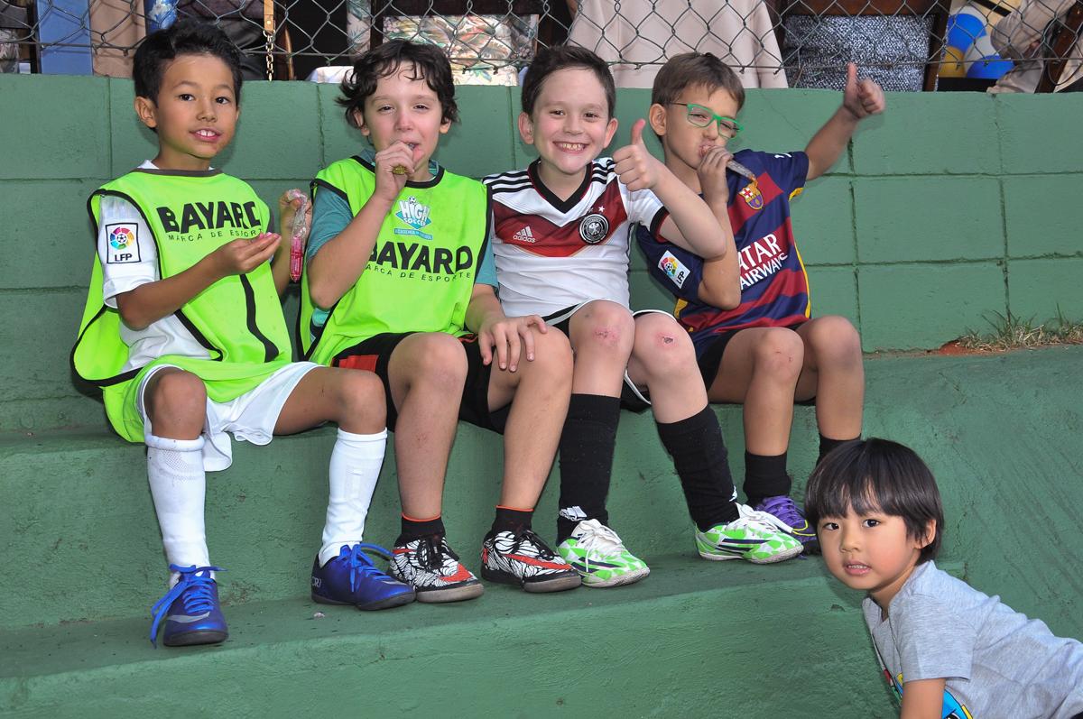 amiguinhos assistindo a partida de futebol no Buffet High Soccer