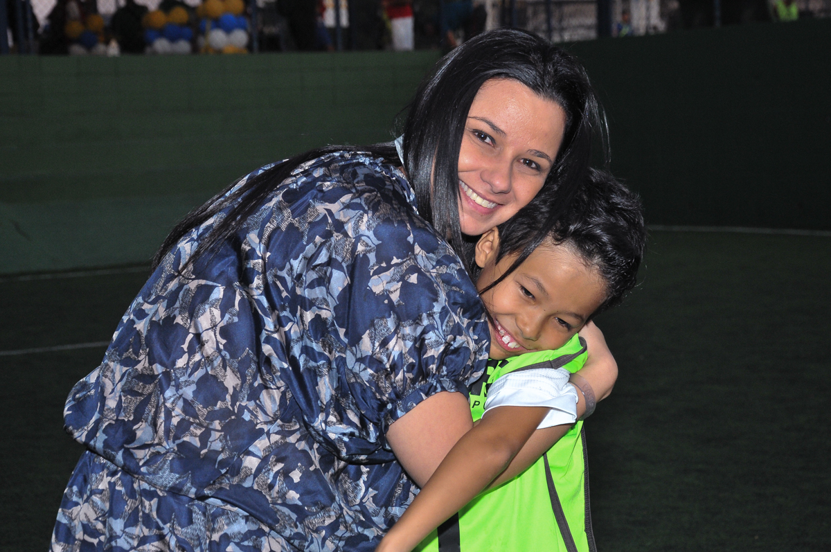 abraço carinhoso da mamãe na quadra de futebol no Buffet High Soccer