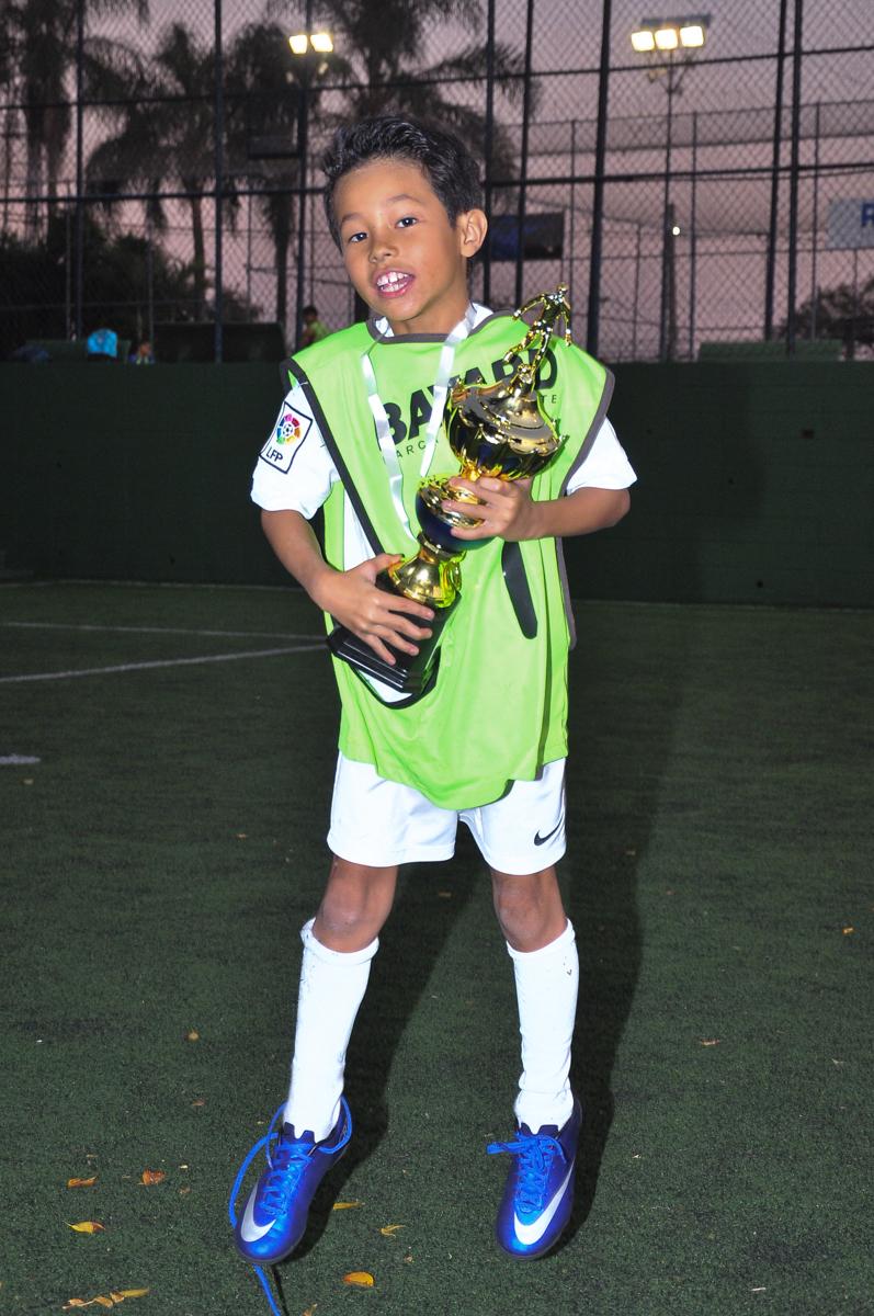 rafa recebendo trofeu no Buffet High Soccer