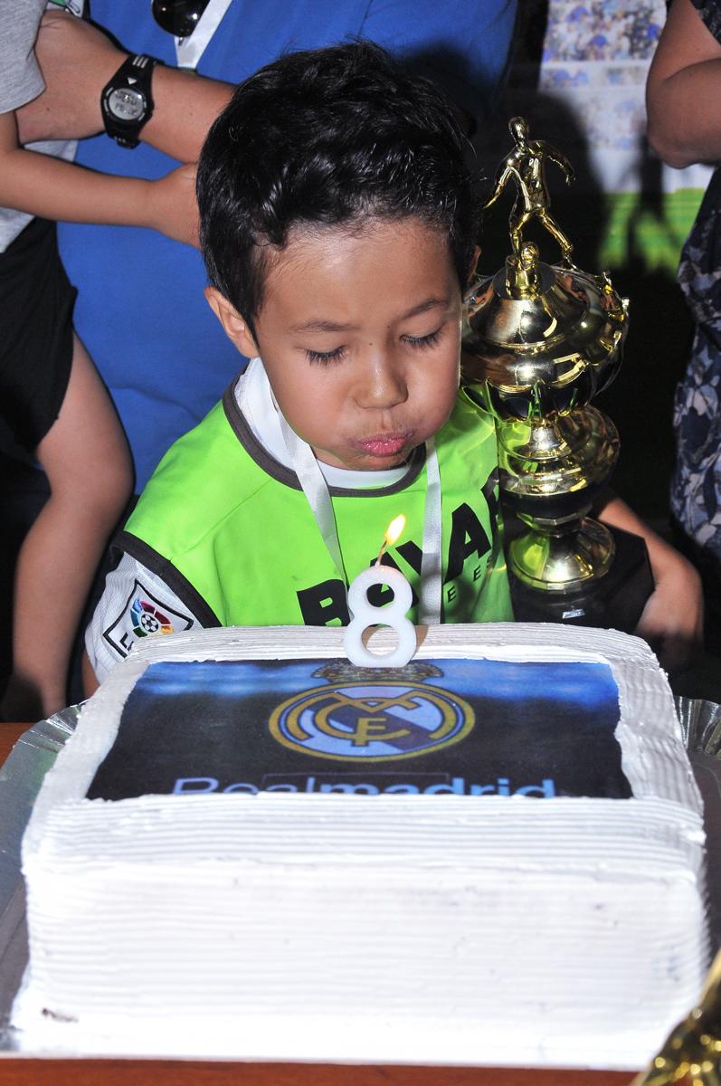 rafael assoprando a velinha do bolo no Buffet High Soccer