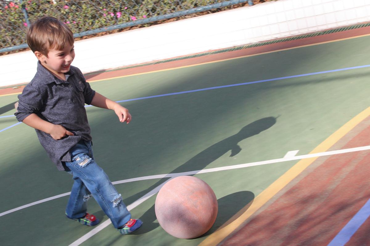 as crianças brincando na quadra de futebol na Festa no condomínio em São Paulo