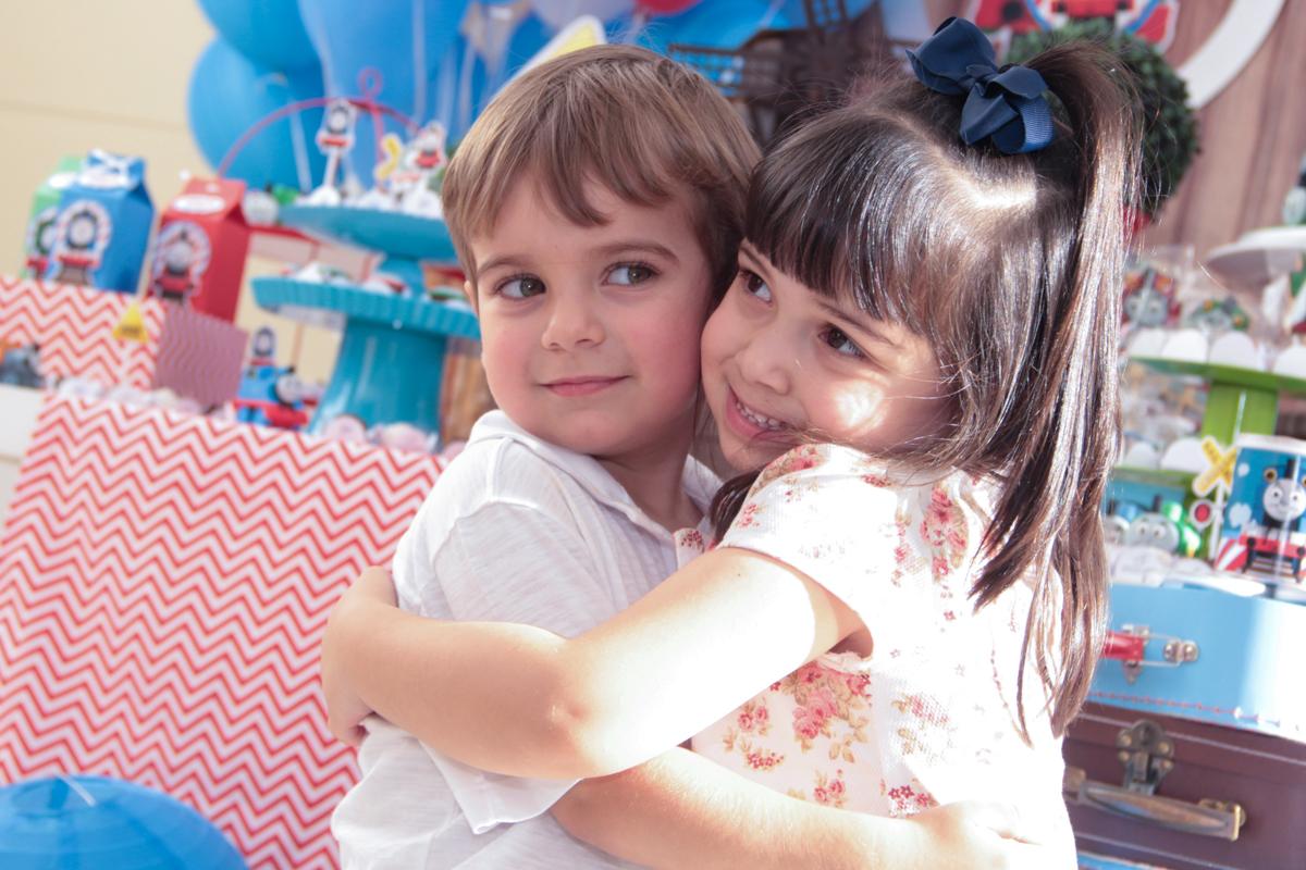 abraço de tomás em sua amiguinha na Festa no condomínio em São Paulo