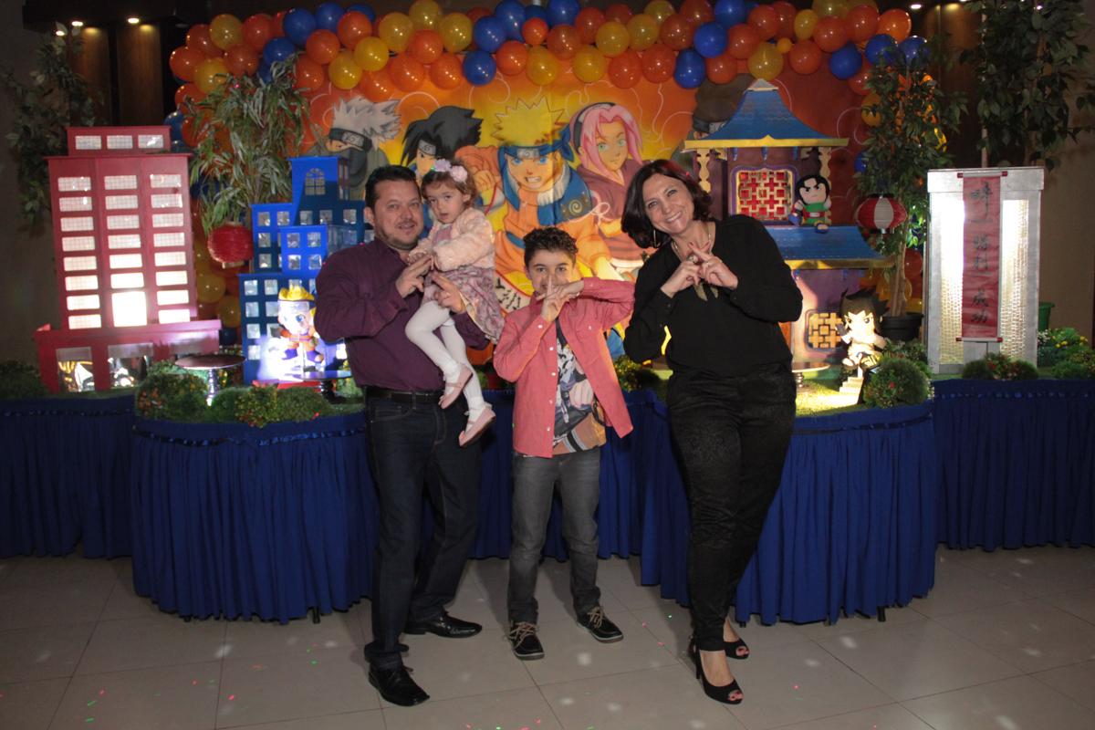 foto da família em frente a mesa decorada naruto no Buffet Planeta Prime, Alphaville