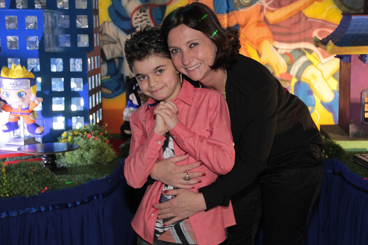 foto do rafa e sua mãe em frente a mesa decorada naruto no Buffet Planeta Prime, Alphaville