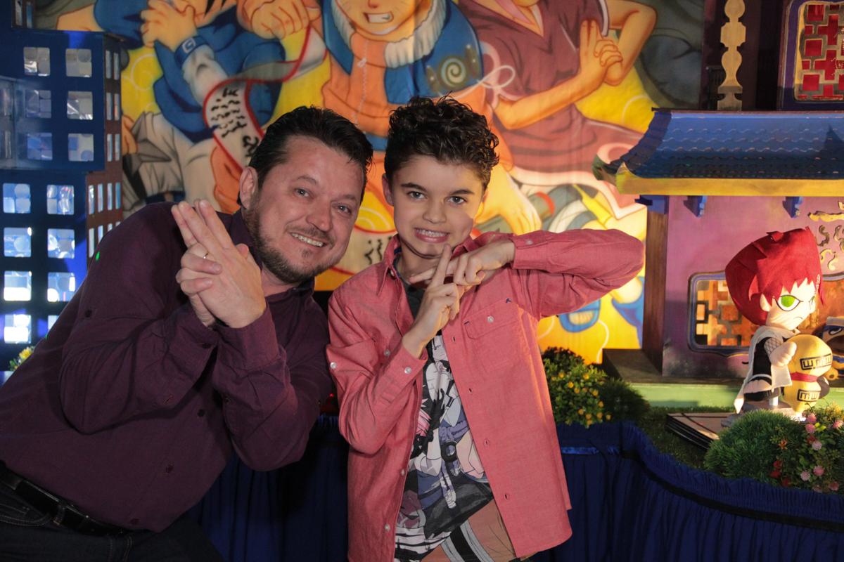 foto do rafa com o pai em frente a mesa decorada naruto no Buffet Planeta Prime, Alphaville