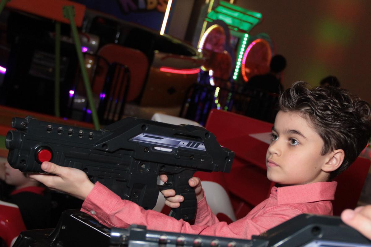 rafael brincando no carrinho de corrida no Buffet Planeta Prime, Alphaville