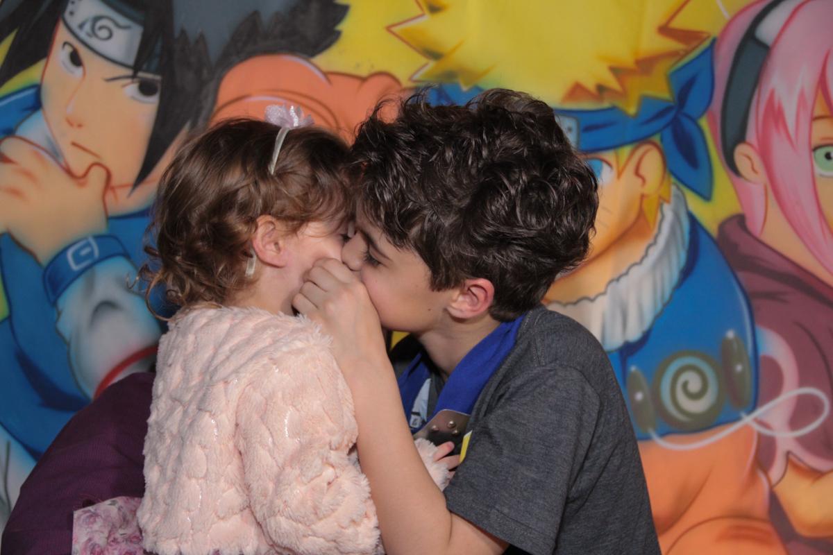 beijinho do rafa em sua irmãzinha no Buffet Planeta Prime, Alphaville
