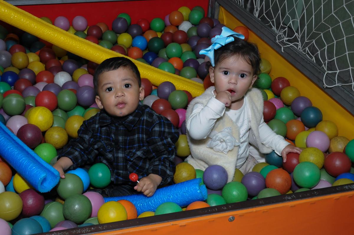 amiguinhos convidados brincando na piscina de bolinha no Buffet infantil na zona norte SP