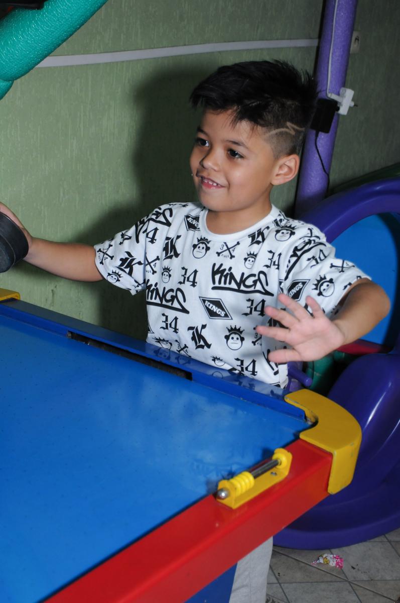 amiguinho jogando no Buffet infantil na zona norte SP