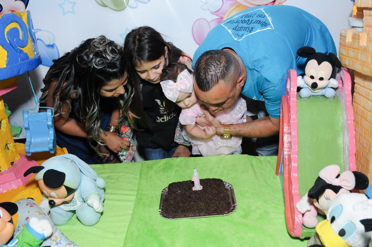família soprando velinha do bolo no Buffet infantil na zona norte SP