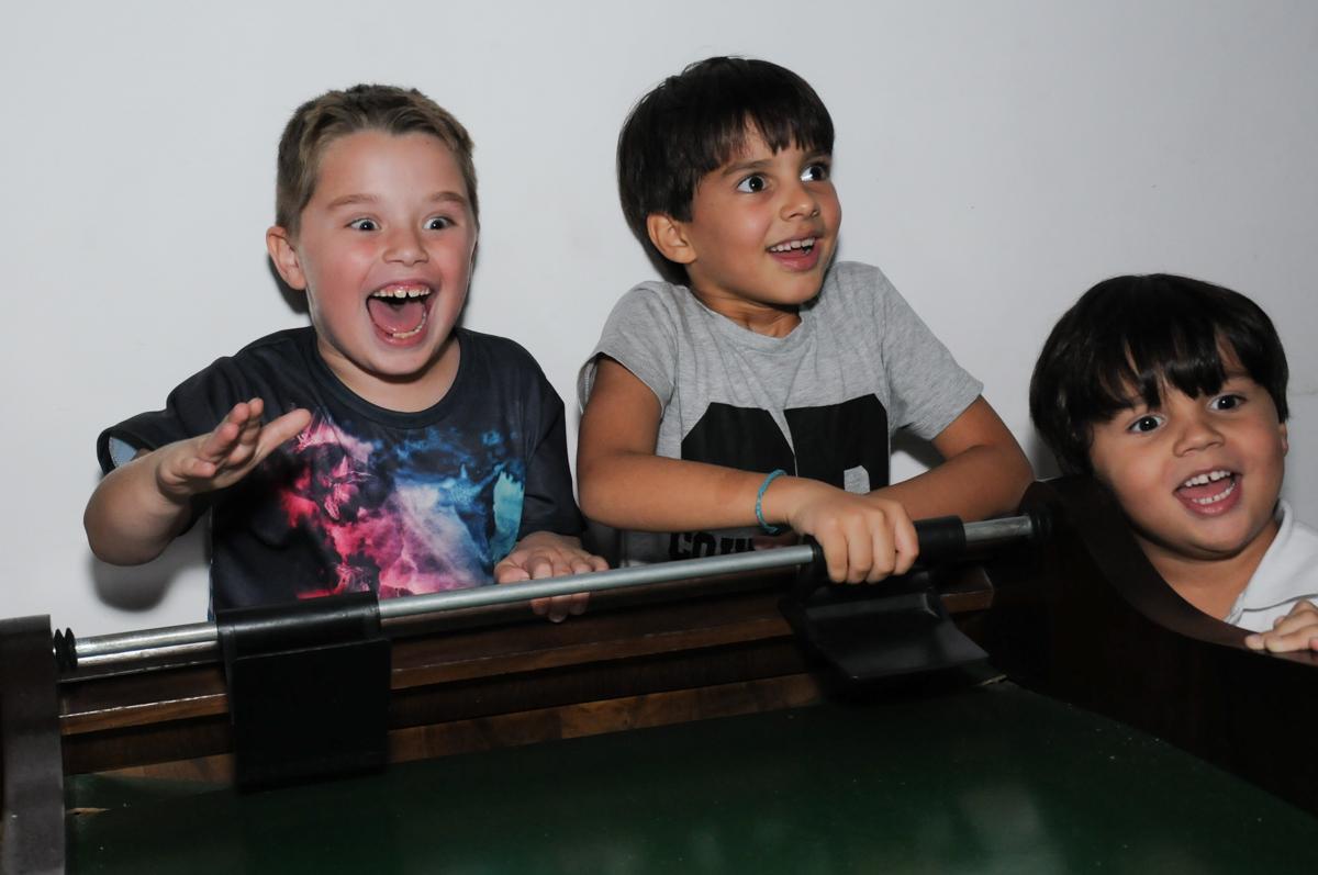 amigos observam o jogo no buffet espaço boo, Lapa, São Paulo