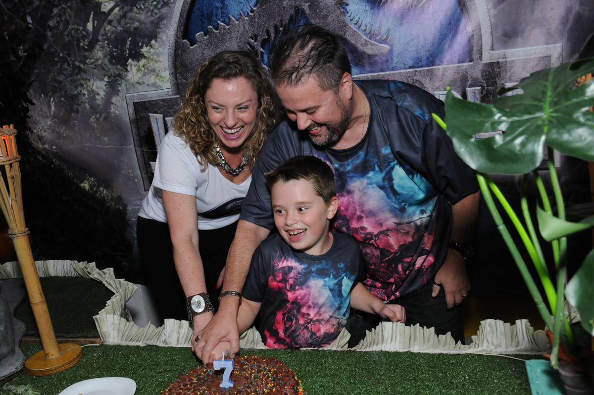 thiago e os pais cortando o bolo do parabéns no buffet espaço boo, Lapa, São Paulo