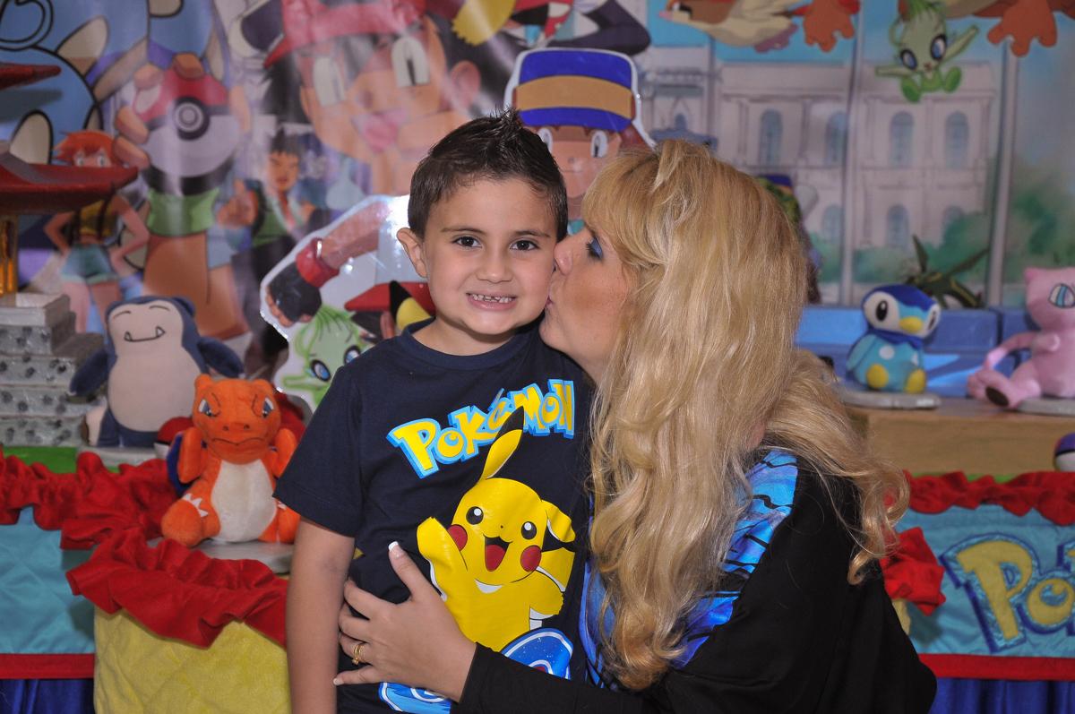 beijinho da mamãe em Jonathan em frente a mesa tema naruto