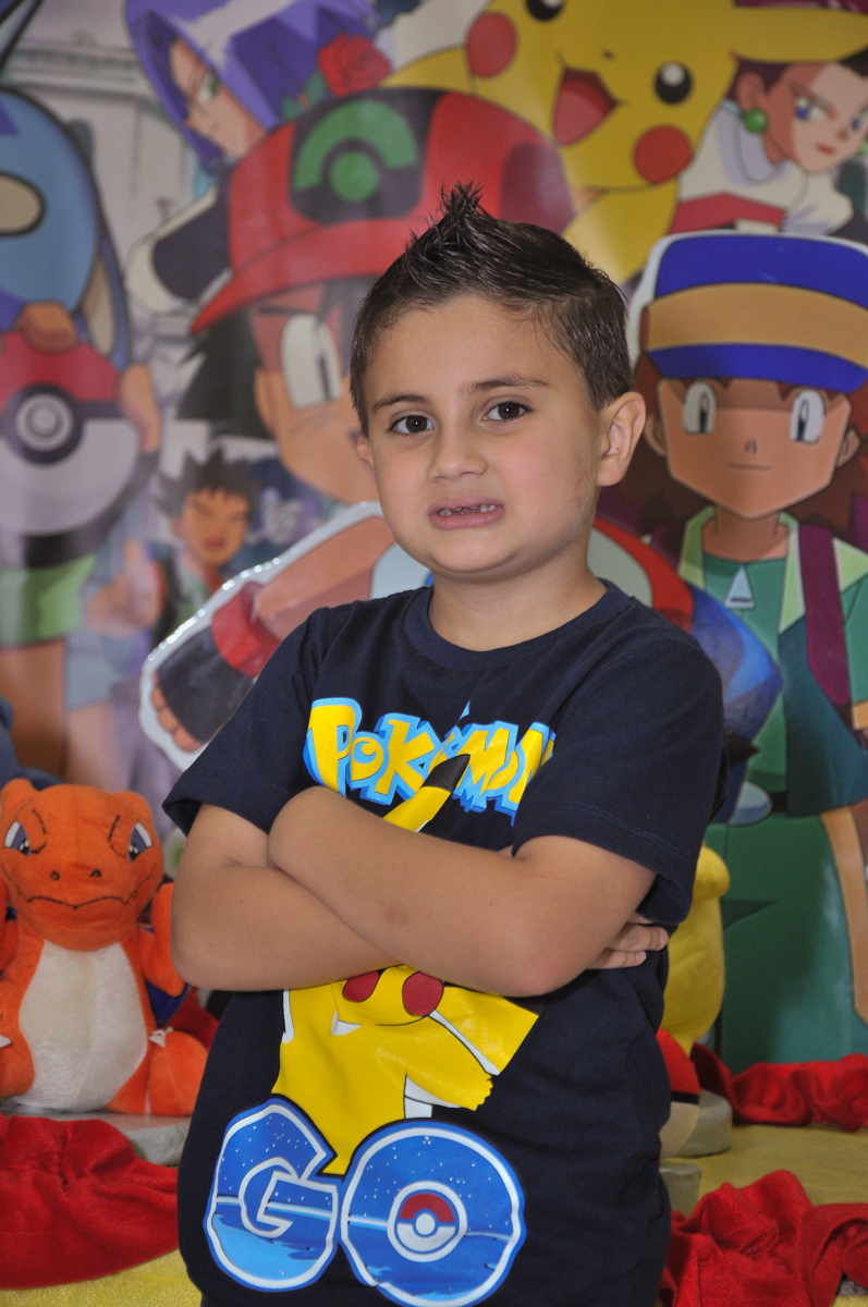 pose para foto em frente a mesa tema naruto no Buffet infantil Salakaboom