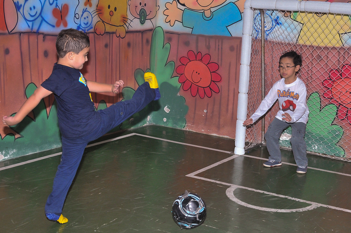 partida de futebol no Buffet infantil Salakaboom
