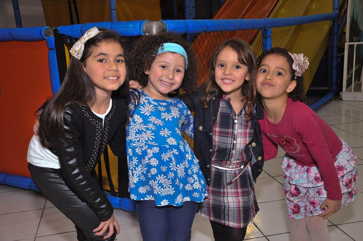 pose para fotos das amiguinhas no Buffet infantil Salakaboom