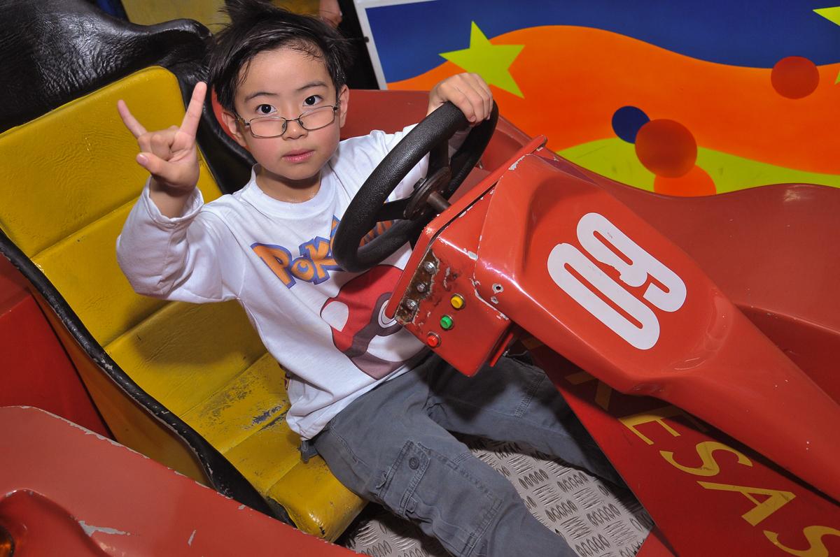 brincando no carrinho eletrônico no Buffet infantil Salakaboom