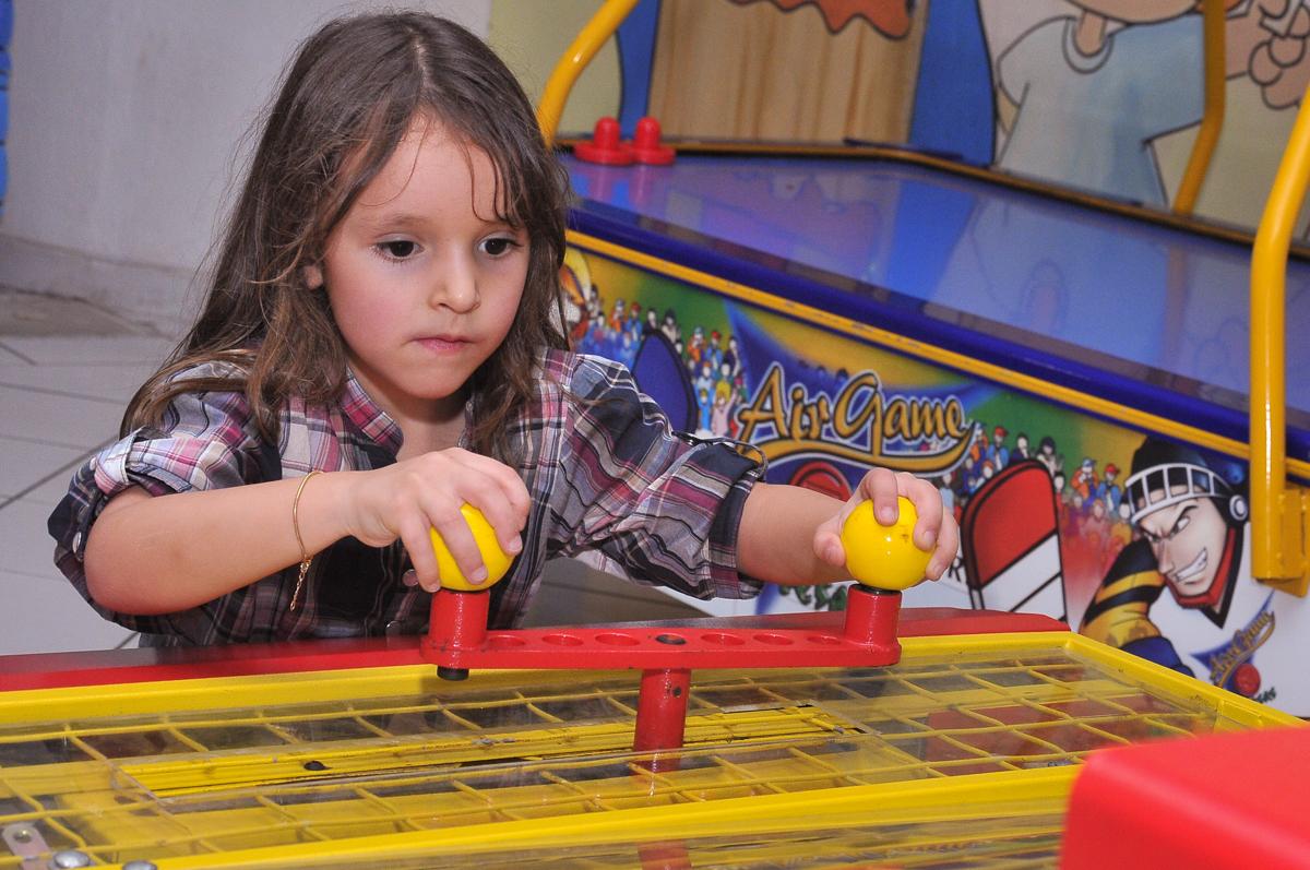 concentração no jogo no Buffet infantil Salakaboom