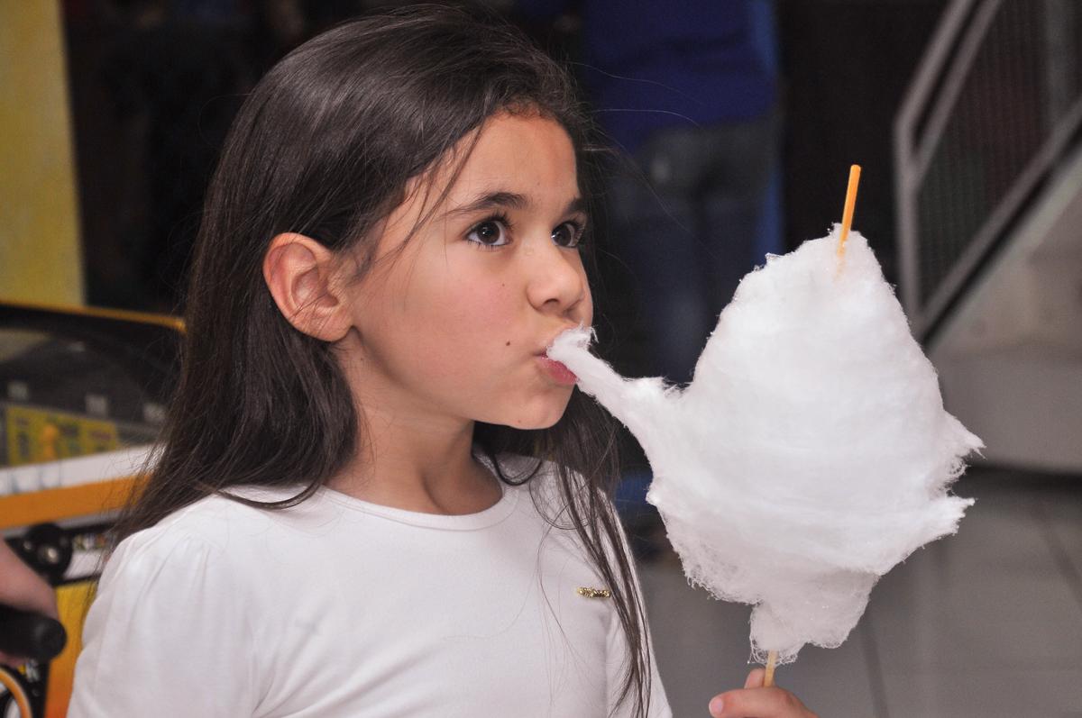comendo algodão doce no Buffet infantil Salakaboom