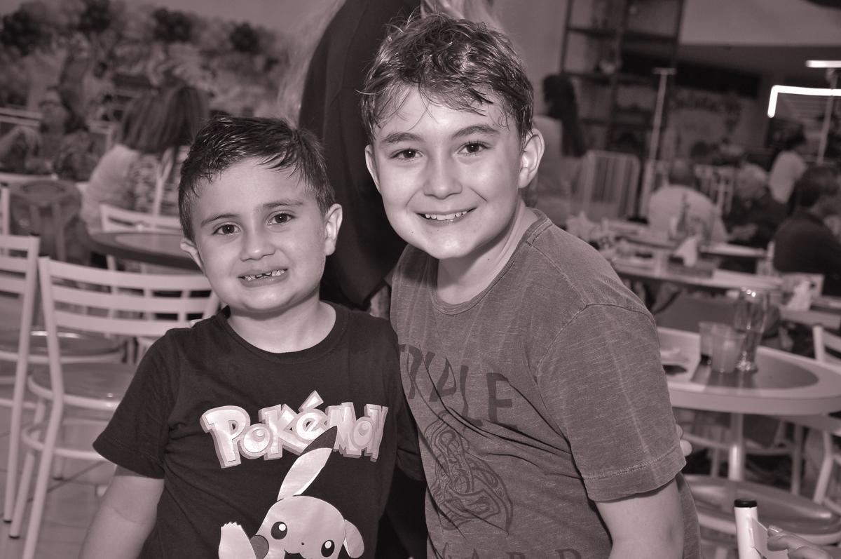 foto de jonathan e amigo no Buffet infantil Salakaboom