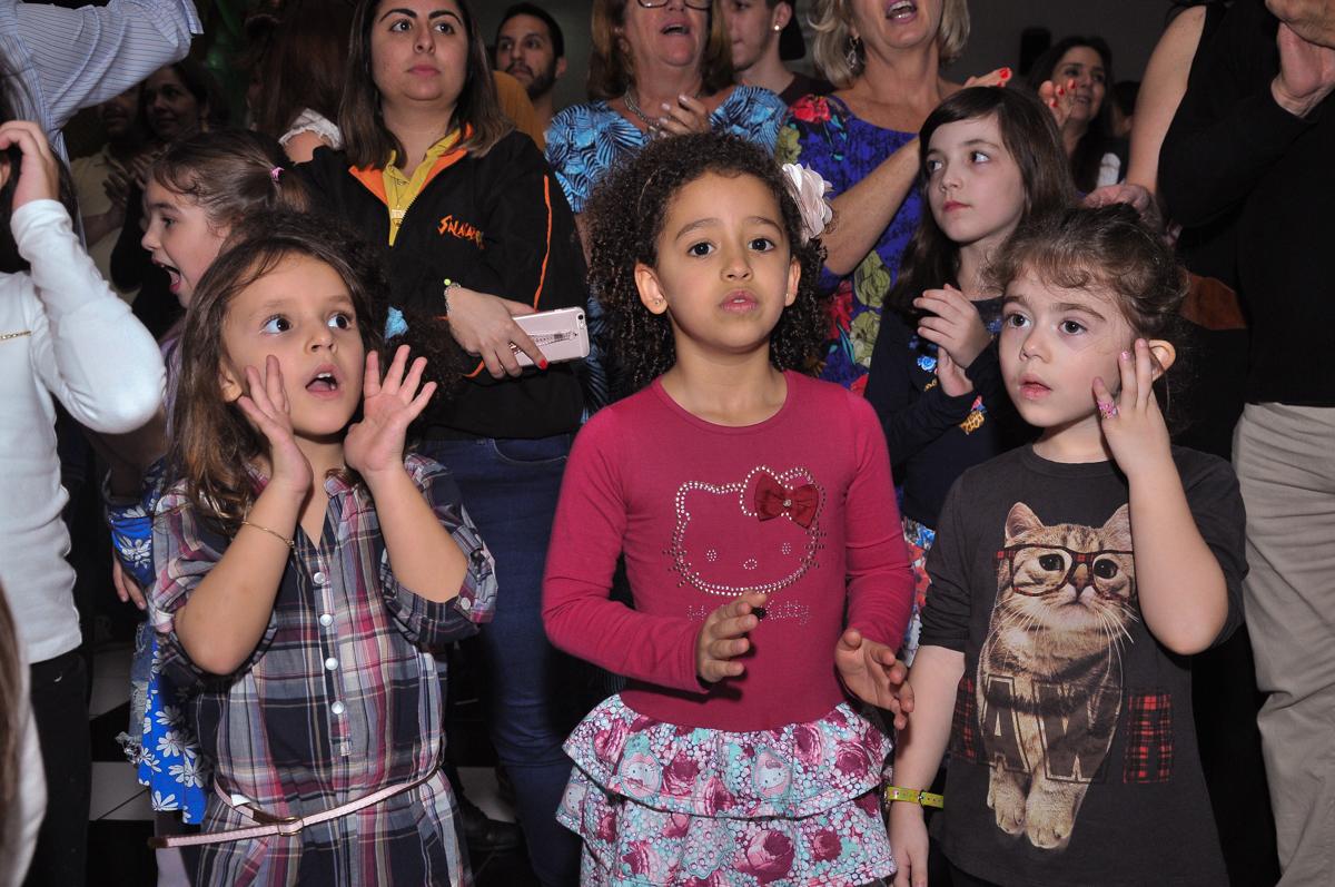 criançada agitando o parabéns no Buffet infantil Salakaboom