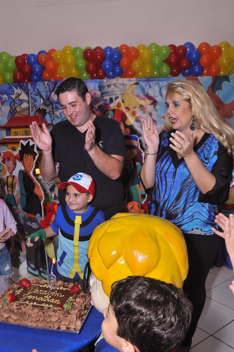 família cantando o parabéns para jonathan no Buffet infantil Salakaboom