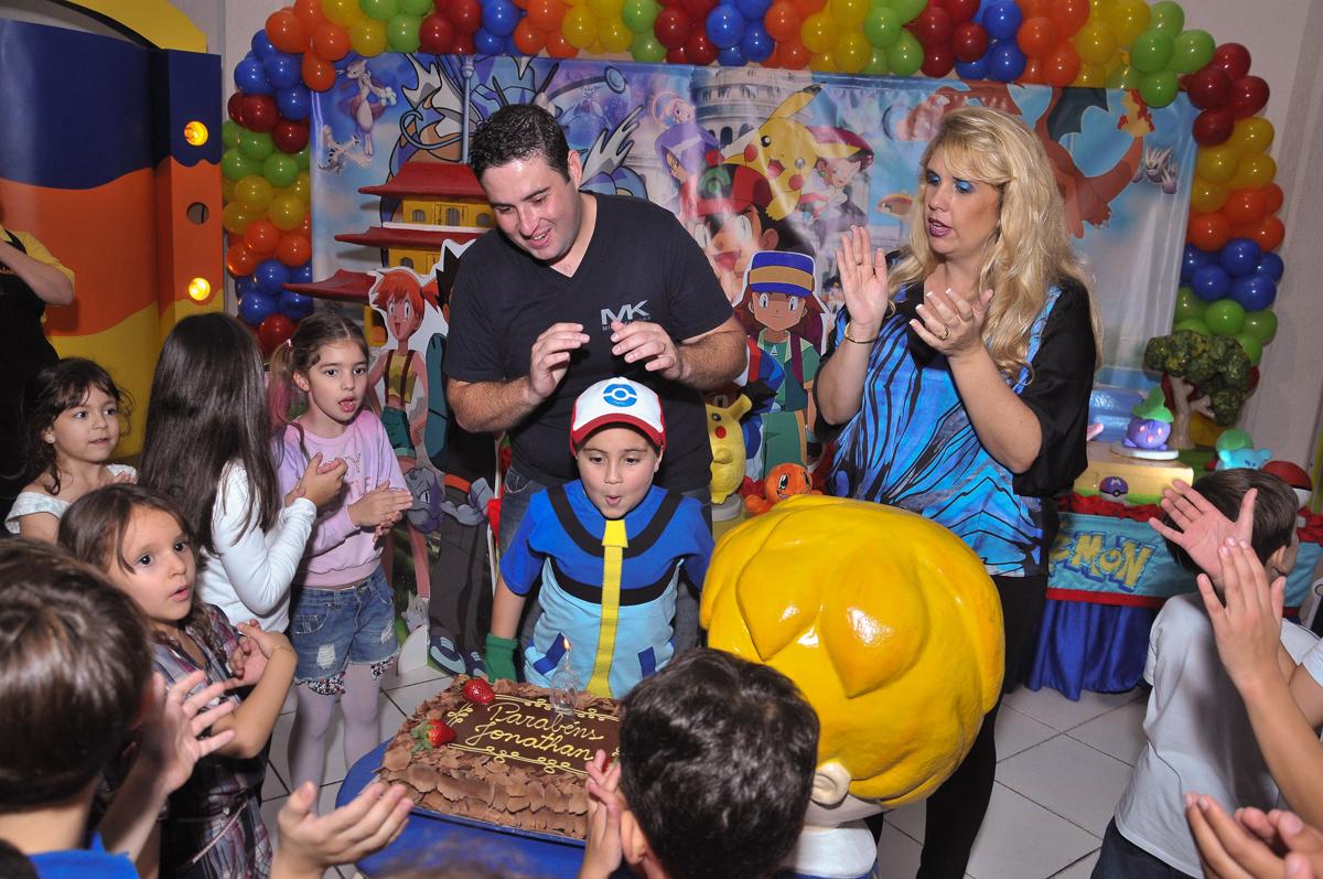 jonathan soprando a velinha do bolo no Buffet infantil Salakaboom