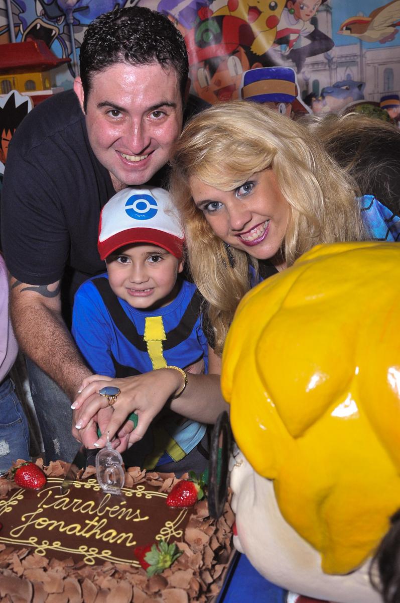 família cortando o bolo no Buffet infantil Salakaboom
