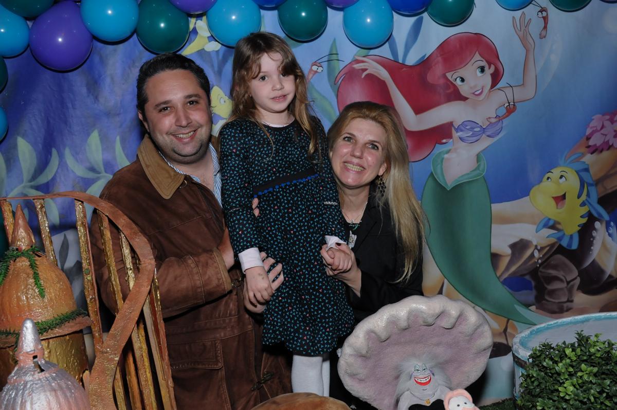 Letícia com sua mãe em frente a mesa decorada ariel no Buffet Planeta Prime-Alphaville