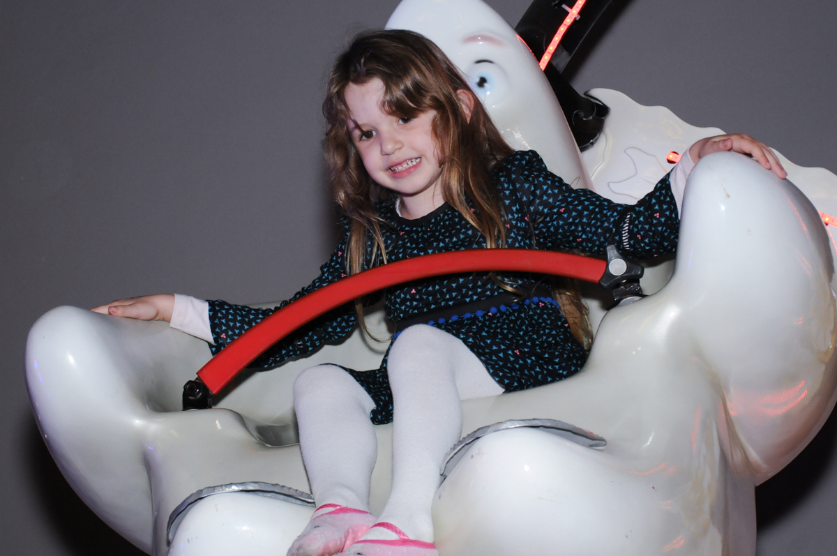delicia brincar no carrossel no Buffet Planeta Prime-Alphaville
