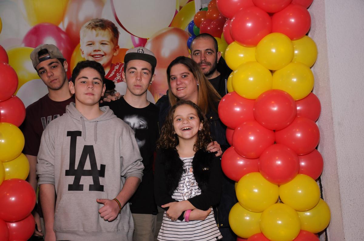 família no arco de bexigas no Buffet Espaço Parabéns, Lapa