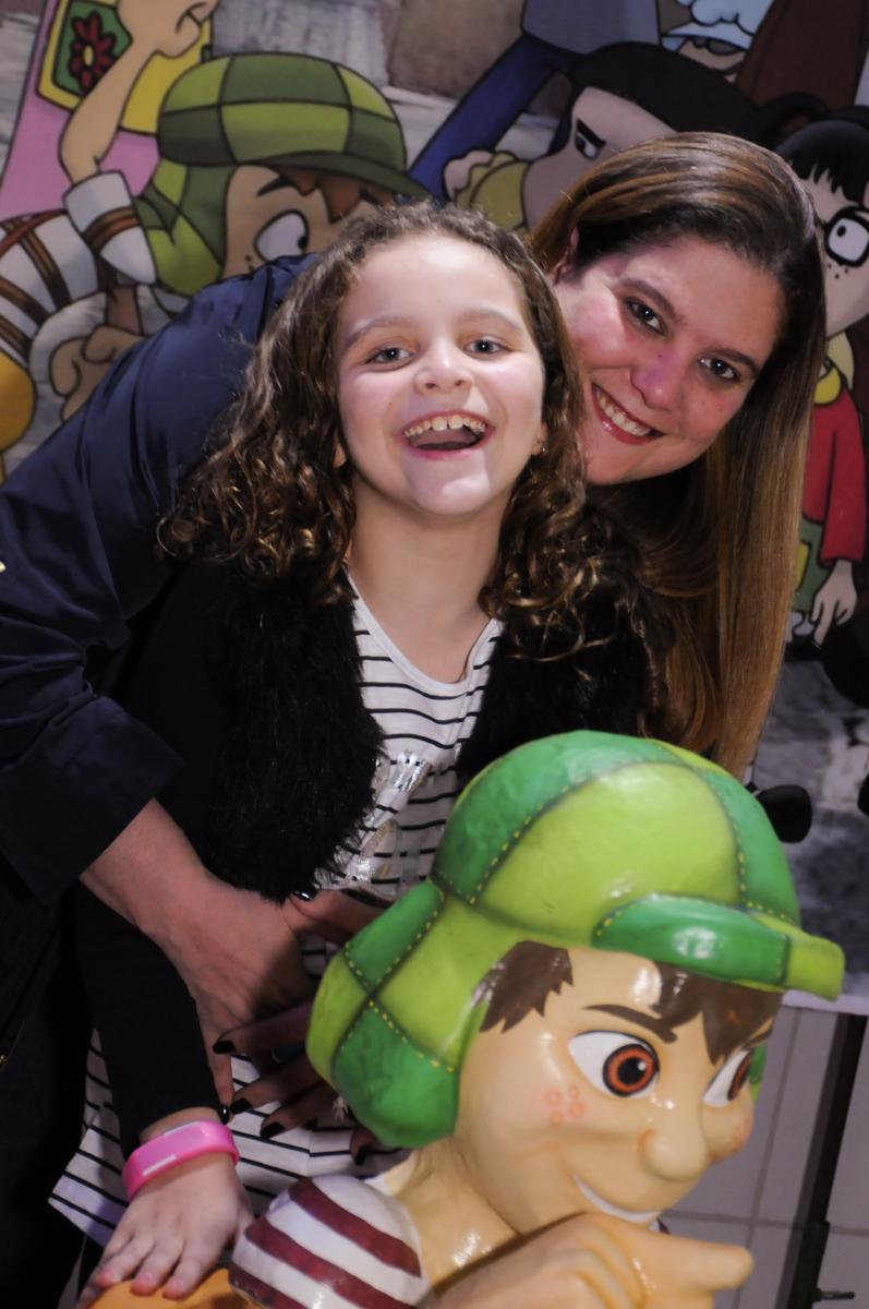 gabriella e sua mãe em frente a mesa decorada chaves no Buffet Espaço Parabéns, Lapa