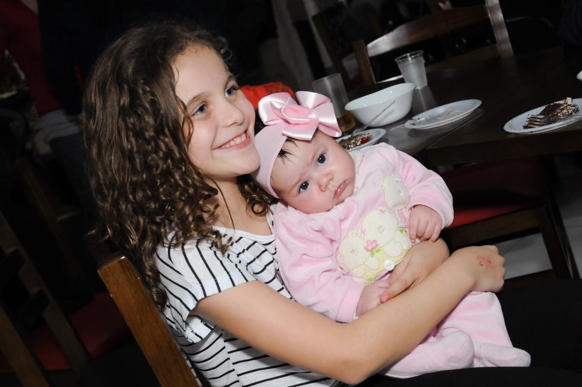 carinho co a bebê no Buffet Espaço Parabéns, Lapa